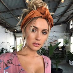 40 Headband Hairstyles You'll Wanna Save For Later Messy summer bun by Emma Chen – Farbige Haare Bandana Hairstyles, Summer Hairstyles, Easy Hairstyles, Hairstyles With Headbands, Hairstyle Ideas, Homecoming Hairstyles, Wedding Hairstyle, Hair Inspo, Hair Inspiration