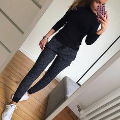 Comfy Sunday ✔️ Je vous souhaite un bon dimanche  #ootd#dailylook#comfylook#sundaylook#comfystyle#joggingpants#instalook#fashionstyle#wiwt#picoftheday pull#uniqlo jogging#bershka baskets#adidas#stansmith