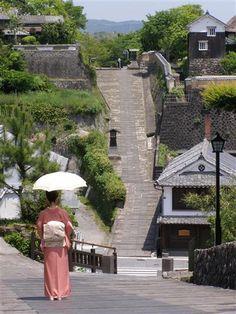 江戸時代、松平三万二千国の城下町として栄えた杵築には今でも多くの武家屋敷や土壁、石畳の坂道が残されています。