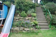 Slide on a slope garden wildwuchs Landscaping front yard Sloped Backyard, Sloped Garden, Herb Garden Design, Vegetable Garden Design, Hanging Herb Gardens, Outdoor Gardens, Amazing Gardens, Beautiful Gardens, Indoor Trees