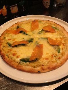 サーモンとアボガドのピザ