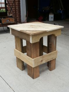 Pallets Wood IMG 20130529 142027 Pallet End Table in pallet garden pallet furniture pallet outdoor project with Table Outdoor - Needed a couple of end tables for a bunch out on the front porch. After deconstructing a couple of wooden … Pallet Crafts, Diy Pallet Projects, Wood Projects, Woodworking Projects, Woodworking Wood, Outdoor Projects, Table Palette, Palette Deco, Recycled Pallets