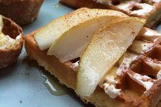 Wafel met honing en peer|Culinair| Telegraaf.nl Waffle Toppings, Waffles, Sandwiches, Cheese, Food, Essen, Waffle, Meals, Paninis