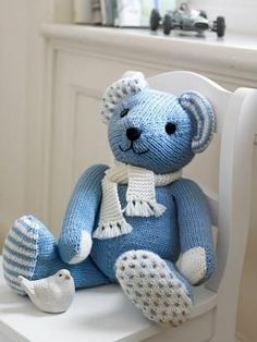 Gestrickter Teddy aus feiner Merinowolle - DIY for KIDS - Amigurumi Clues Knitted Teddy Bear, My Teddy Bear, Little Boy Blue, Baby Knitting Patterns, Crochet Patterns, Country Blue, Blue Gingham, Amigurumi Doll, My Favorite Color