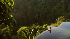 """Resort Hanging Gardens Ubud∞Der Pool: Auf einem Cliff im indonesischen Regenwald stapeln sich die Wasserbecken des """"Hanging Gardens"""" empor. Jede der 38 Privatvillen hat einen eigenen Pool mit Ausblick auf Dschungel, Reisfelder und den wolkenlosen Himmel über der """"Insel der Götter"""". Das kostet ein Bad: Der Blick ins Grün ist teuer. Eine Nacht im Resort gibt es ab 365 Euro pro Nacht, Flüge nach Bali bietet Singapore Airlines ab 900 Euro"""