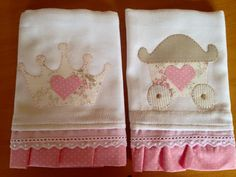1466210_577371855736572_7610245771053050085_n.jpg 960×720 píxeles Embroidery Fonts, Embroidery Applique, Baby Sheets, Baby Patterns, Baby Bibs, Sewing For Kids, Baby Sewing, Patchwork, Baby E