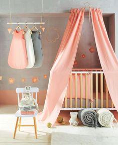 Uen chambre de bébé au couleurs pastels.