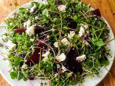 """Ennél a salátánál a megsütött céklagerezdeket egy narancsos-citromos-olívaolajos """"pácban"""" hagytam 1 óráig és fantasztikus ízű lett. Izu, Tortellini, Seaweed Salad, Feta, Cabbage, Vegetables, Ethnic Recipes, Cabbages, Vegetable Recipes"""