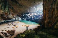 Son Doong (Vietnam). Eso que ves es una de las cuevas más grande del mundo fíjate que las tiendas parecen miniaturas de lo enorme que es. Su belleza es tal que marea. Cuando entras en lugares así te sientes como en otro mundo tu respiración es diferente tus ojos se adaptan a la luz que captan hasta la piel se sensibiliza. Pura magia. -------------- Fot.: VThong #vietnam #sondoong #cueva #cave #naturaleza #nature #mundo #world