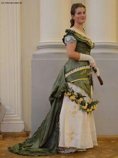 Victorias Enkel - Küraßmode Ball- und Dinerkleider