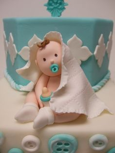 I usually dislike fondant people/babies, they sometimes look pretty cheesy but this little guy is super cute :)