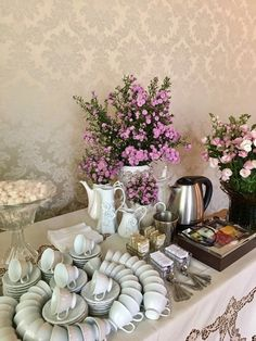 Ideias de como preparar um chá da tarde e como decorar para receber – Emiliana.Life High Tea Menu, Coffee Bar Wedding, Party Food Platters, Entertainment Table, Catering Display, Hot Chocolate Bars, Plate Design, Bbq Party, Breakfast In Bed