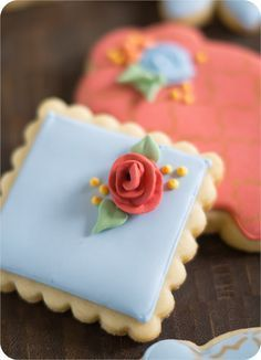 make royal icing toothpick roses. how to make royal icing toothpick roses for decorated cookies, cakes, and cupcakes Fancy Cookies, Iced Cookies, Cupcake Cookies, Sugar Cookies, Owl Cookies, Icing For Cookies, Icing Cupcakes, Fondant Cookies, Cookie Favors