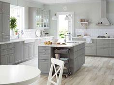 Kjøkkenøy fra Ikea, plassert midt på kjøkkenet med mye oppbevaringsplass og vask på toppen.