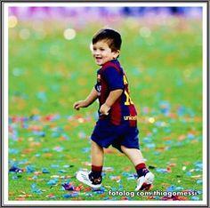 Thiago Messi : Continuando com a semana da comemoração no Camp Nou, mais uma foto de Titi todo sapeca correndo pelo gramado.  Bom dia a todos | thiagomessi