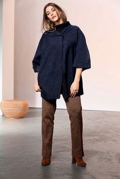Exklusive Mode in Größen 42bis 64 von selection by Ulla Popken #exklusiv #damenmode #businessmode #plussize #elegant #style #fashion #plussizestyle #gross #shirt #woman #outfit #plussizeoutfit #wolljacke #wool #jacket #marine #blau
