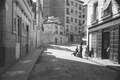 Calle de la Morería entre 1940 y 1945. Otto Wünderlich. Foto Madrid, Old World, Barcelona, Spain, Architecture, Photography, Vintage, Plaza, Nostalgia