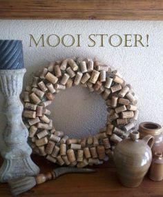 Mooie krans gemaakt van oude kurken!Kijk eens op mijn facebookpagina Mooi Stoer! voor de beschrijving en meer leuke ideeen!