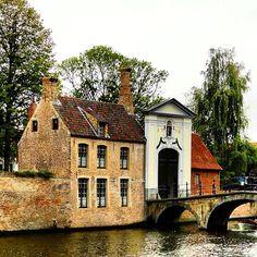 Storybook scene in Bruges. Photo courtesy of erinkate25 on Instagram.