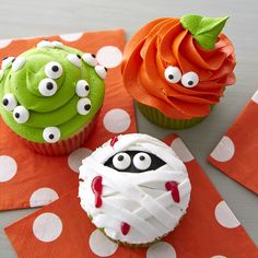 Need inspiration for Halloween desserts? Here are some of our favorite spooky and cute Halloween cupcakes! Halloween Desserts, Soirée Halloween, Cute Halloween Treats, Halloween Cupcakes Easy, Halloween Cupcakes Decoration, Monster Cupcakes, Lebkuchen Cupcakes, Pasteles Halloween, Candy Eyeballs