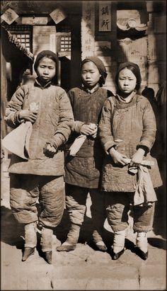 Filles aux pieds bandés dans le Shanxi (1930)