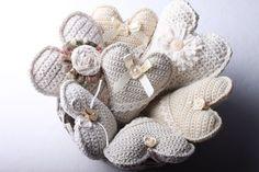 Návod na háčkované vintage srdce 67 Hanging Hearts, Burlap Wreath, Baby Shoes, Wreaths, Christmas Ornaments, Knitting, Handmade, Instagram, Presents