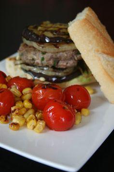 """BURGER DE BOEUF À L'AUBEGINE GRILLÉE ET MAÏS BIO """"GÉANT VERT"""" GRILLÉ  Juste la viande avec les tomates et le maïs, du riz basmati à la place du pain, délicieux !"""