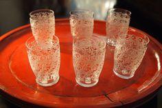 バカラのローハンのデザインがエッチングされたリキュールグラスです。 現在つくられていないタンブラー形のものです。 ローハンモチーフのなかで 「GOUVIEU」とも呼ぶらしいです。 ローハンのモチーフが、この小さなグラスにもびっしりと深く刻み込まれています。 稀少価値のある1936年以前のサインのない古い手です。