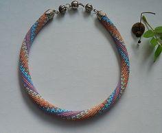 Diese Necklace ist gebunden aus hochwertigen japanischen  Rocailles,ca. 47 cm. lang. Der Verschluß ist silberfarben mit Magnetverschluß. Achten Sie darauf! Halskette zu bestellen. Begriff der...