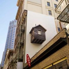 Manifest Destiny: Brooklyn artist Mark Reigelman and San Francisco architect Jenny Chapman have installed a wooden hut in an unusual city location – suspended on the side of a San Francisco hotel like a bird box. Parasitic Architecture, Organic Architecture, Beautiful Architecture, Architecture Art, Wooden Hut, Apartment Guide, San Francisco, Cabin Design, Dezeen