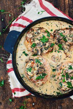 RECETTE MAILLARD | Côtelettes de porc avec sauce crémeuse aux champignons. PORTIONS : 4 PRÉPARATION : 25MIN CUISSON : 20MIN DIFFICULTÉ : FACILE