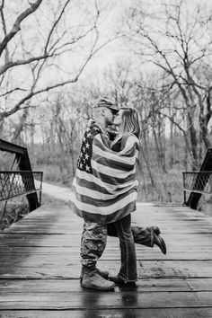 🤵👰 Military Wedding 🎖️ Soldiers, Army, Navy & ✈️ Air Force 🧡 Love 📷 Photography 📸 Photo Ideas 💡 #ArmyMilitaryWeddingIdeas #RomanticWeddingIdeas Military Family Pictures, Military Couples, Military Love, Military Photos, Army Family, Fall Family, Army Wedding, Military Weddings, Military Couple Photography