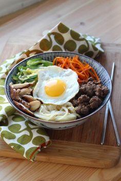 """750g vous propose la recette """"Comment faire le vrai Bibimbap coréen"""" en pas à pas. Avec une photo pour chaque étape, la réalisation de cette recette est un jeu d'enfant."""