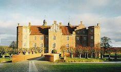 Gammel Estrup, Djurs, Jylland - Gammel Estrup nævnes første gang i 1340 som en borg kaldet Essendrup, men den blev ødelagt i 1359. Der er ved arkæologiske udgravninger konstateret bygningsrester fra 1300-tallet, men de ældste dele af den nuværende bygning stammer fra ca. 1490. Bygherren var den stridbare Lave Brock, der nok havde brug for en fæstning i sine kampe med sine rivaler, slægten Rosenkrantz på Bjørnholm.