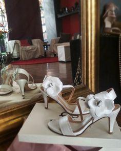 Χειροποίητα Νυφικά δερμάτινα πέδιλα με χαμηλό τακούνι Divina Bridal Sandals, Low Heels, White Leather, Stuart Weitzman, Shoes, Fashion, Moda, Zapatos, Shoes Outlet