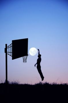 """basketball moon = O fotógrafo francês Laurent Lavender criou uma série de fotos chamadas """"Moon Game"""" em que ele utiliza toda a sua criatividade para compor essas imagens super bacanas onde ele e outras pessoas são fotografadas brincando com a lua.A coleção está sendo vendida na frança em forma de calendário e de um livro.Veja algumas dessas imagens geniais"""