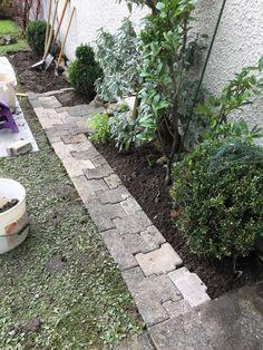 So sah der Gartenweg mittags aus. #gartenblog #gartenweg #garten Stepping Stones, Gardening, Outdoor Decor, Flagstone, Lawn, Scenery, Stones, Stair Risers, Garten