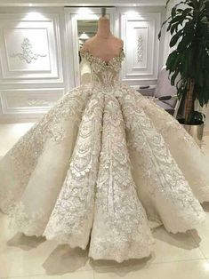 So stunning! A real Cinderella dress,