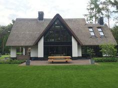 De ramen aan de achterkant. Residential Architecture, Garden Architecture, Modern Architecture, Villa Design, Modern House Design, Auditorium Design, Thatched Roof, Pool Houses, Simple House