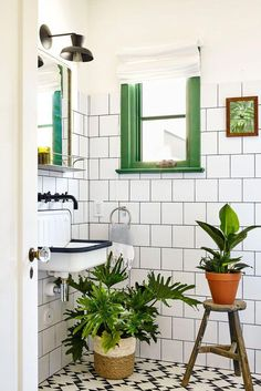 Tropical bathroom decor ideas will inspire you to create something special in your own home! Check out these 10 awesome tropical designs and fall in love Home Interior, Bathroom Interior, Interior Paint, Interior Ideas, Modern Interior Design, Tapetes Vintage, Bohemian Bathroom, Tropical Bathroom Decor, Botanical Bathroom