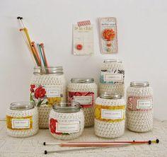 Vidros decorados com crochê e etiquetas em tecido.