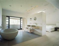 badkamer plevier, met losstaand bad, apothekerskast. muur vd wasbak lager