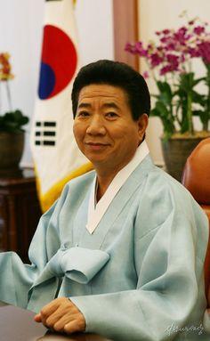 [2007년 신년메시지 발표를 위해 준비하는 노무현 대통령] President Of South Korea, Korean President, Head Of Government, Sense Of Life, Korean People, One Republic, Head Of State, 40 Years Old, Old Photos