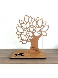 Strom na odkládání šperků V podstavci je vyřezaný květ na odkládání prstýnků a drobných naušnic. Na kmen stromu si můžete nechat vygravírovat vlastní text nebo jakoukoli grafiku, kterou nám přiložíte do objednávky. Velikost stromu 31 x 36 cm Podstavec má rozměr 30 x 20 cm