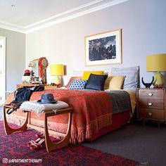 Simples e colorido: nada como uma bela composição de almofadas para levar mais charme e conforto para a sua cama.  #colchõesbotafogo #colchõesbotafogoipanema #colchões #sealy #simmons #tempur #epeda #stearns&foster #ipanema #decoração #ideiasdedecoração #quarto #rio