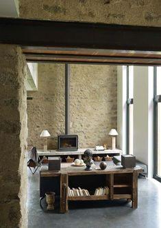 Dans le salon, pierre apparente et bois brut - Style industriel pour maison en pierre - CôtéMaison.fr