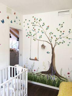 Una pequeña habitacion infantil, con mucho encanto y mucha vida.  Garabato mural pinto este espacio en un ático de Madrid, para una preciosa rubia de 2 añitos.