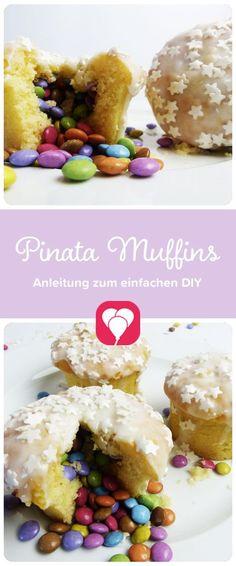 Pinata-Muffins mit süßer Überraschung! Diese süßen Muffins begeistern durch die kleine Überraschung im Inneren. Deswegen haben wir sie Pinata-Muffins getauft! Wie Du sie ganz schnell nachmachen kannst zeigen wir Dir auf blog.balloonas.com #kindergeburtstag #birthday #kids #kinder #geburtstag #pinata #muffin #einhorn #unicorn #motto #party #deko #backen #essen # food #kuchen