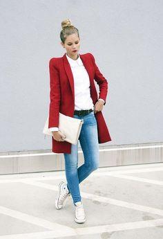 Idea vestimenta cómoda con pantalones vaqueros y zapatillas de deporte