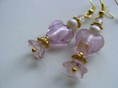 Filigran verziertes Herz aus tollem Glas über Silberfolie in pudrigem rosa, darunter eine vintage Blüte aus zartem Glas, ein Designerschmuckstück n...